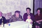 Vier Menschen und eine Puppe