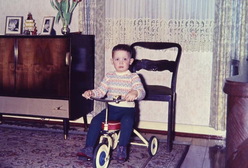 Dreirad, einrichtung, Gardine, Kindheit, kommode, Möbel, Muster, Perserteppich, Pullover, tapete