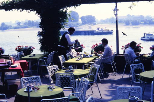 Lokal mit Rheinblick
