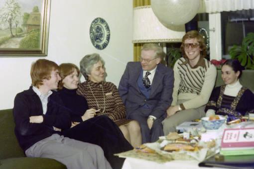 Gruppenbild am Weihnachtstisch