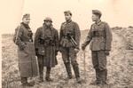Soldaten an einem Feldweg