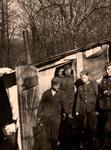 Soldaten an einer Hütte