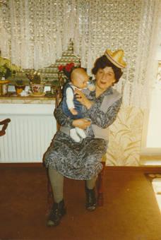Mit Baby und Hütchen