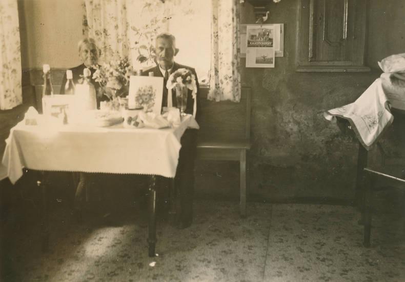 Blumenstrauß, Ehefrau, Ehemann, ehepaar, Gardine, Goldene Hochzeit, goldhochzeit, tisch