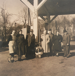 Gruppenfoto vor der Tankstelle