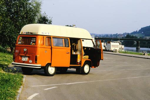 VW Bus auf dem Rastplatz
