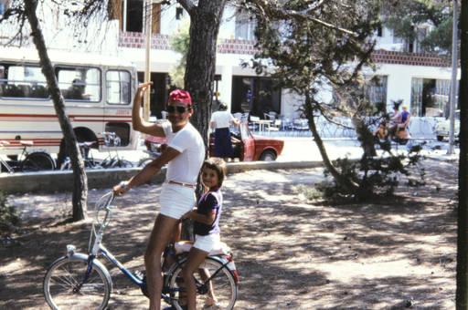 Mann  und Kind auf dem Fahrrad