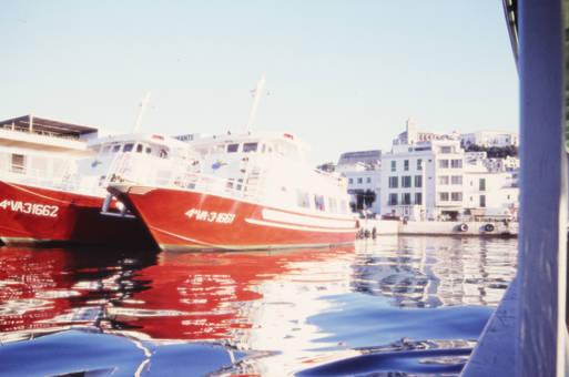 Zwei Schiffe im Hafen