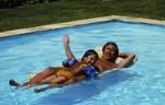 Mann und Kind im Pool