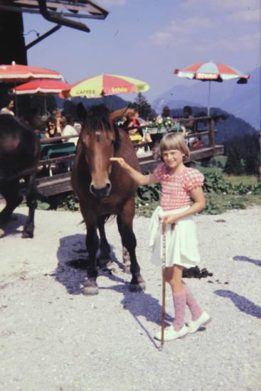 Ausblick, Berge, ferien, Kindermode, Kindheit, Pferd, reise, urlaub, wandern, wanderstock