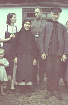 Gruppenfoto mit einem Soldaten