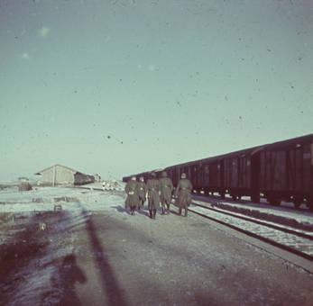 Soldaten an den Gleisen