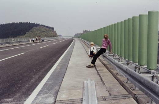 Kinder auf der Autobahn
