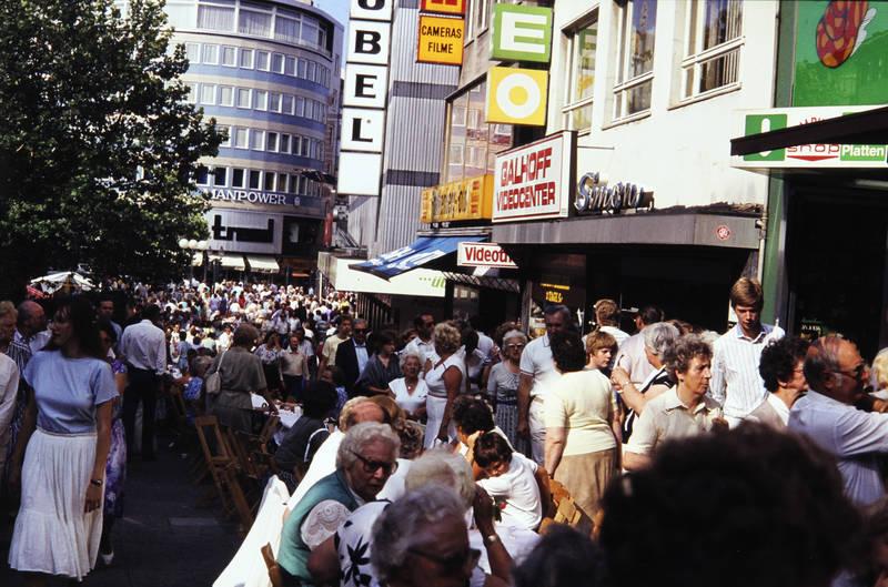 Fußgänger, galhoff videocenter, guiness, innenstadt, kettwiger straße, längste kaffeetafel, manpower, Westmöbel