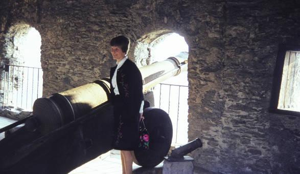 Frau an Kanone