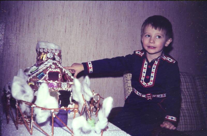 Kindermode, Kindheit, lebkuchen, Lebkuchenhaus, süßigkeiten, Weihnachten, Weihnachtszeit