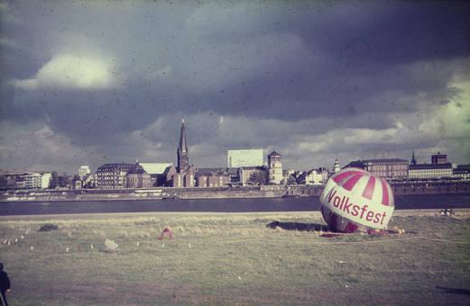 Volksfest am Rheinufer