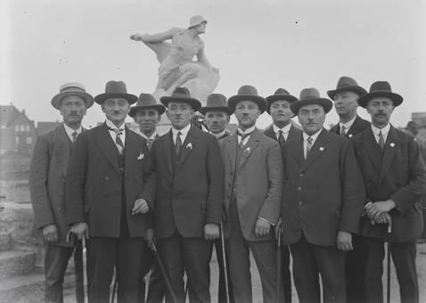 Gruppenbild vor einem Denkmal