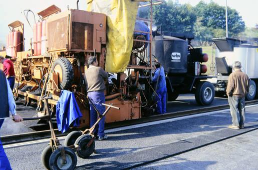 Bauarbeiter an der Maschine