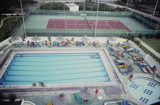 Pool und Tennisplatz
