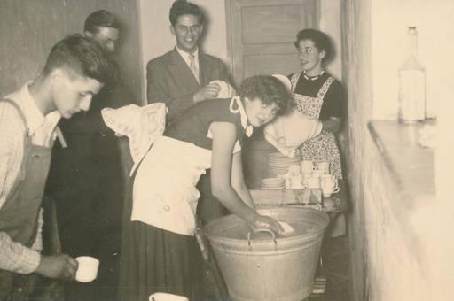 Eine frau sucht ihren manne in der alten badewanne