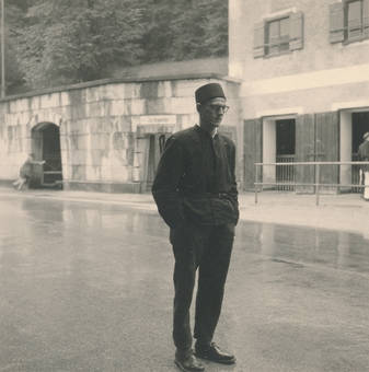 Mann auf einer Straße