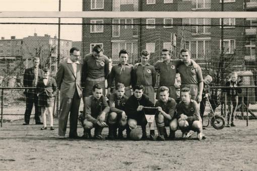 Mannschaftsbild mit Wimpel 62