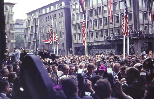 Menschenmenge vor dem Dom