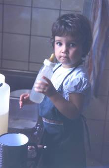 Kind mit Fläschchen