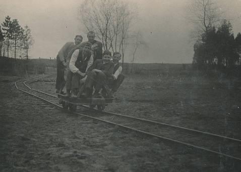 Männer auf einer Draisine