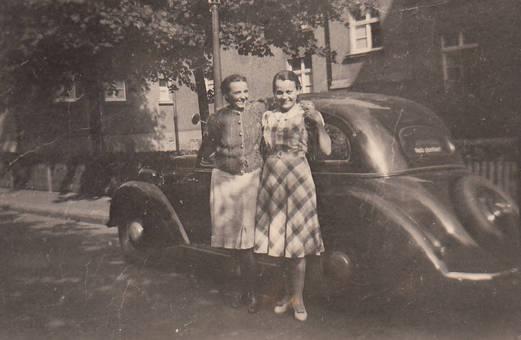 Zwei Frauen am Auto
