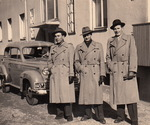 Die Drei vor dem Auto
