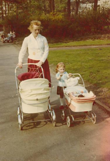 familie, kind, kinderwagen, Kindheit, mode, park, Puppenwagen, spaziergang, wiese
