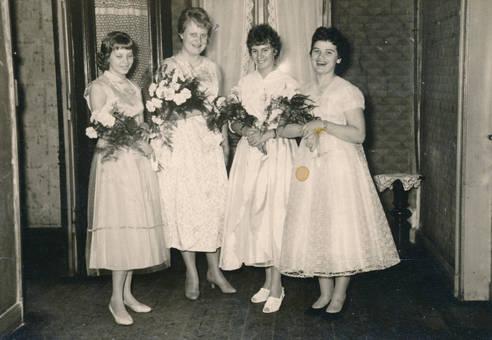 Vier Brautjungfern mit Blumen