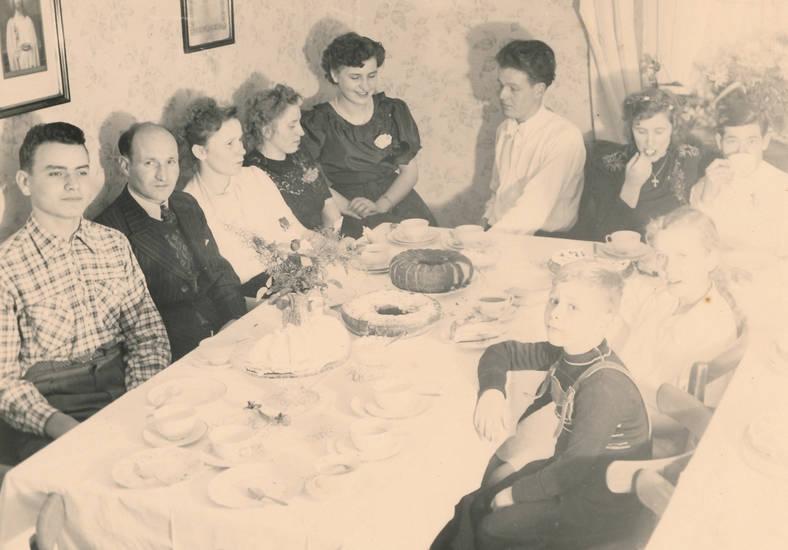 familie, Geschirr, kaffee, kind, Kindheit, kuchen, mode, tisch, verlobungsfeier