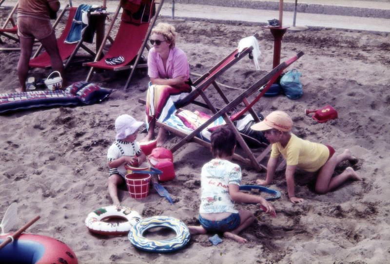 Eimer, Handtuch, Kindheit, Liegestuhl, sand, schüppe, Schwimmreifen, spielen, Spielzeug, strand, strandurlaub, urlaub, Urlaubsreise