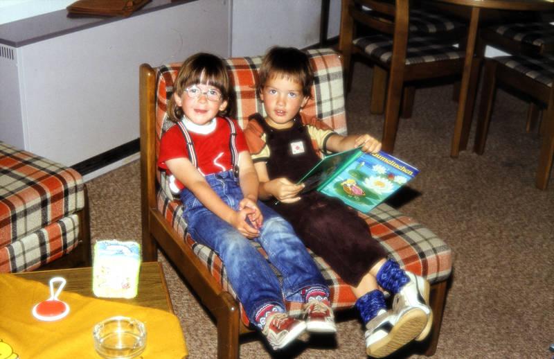 Brille, Buch, däumelinchen, einrichtung, freunde, Kindheit, Lesen, Möbel, sessel
