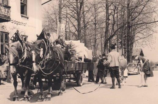 Parade vor dem Gasthof