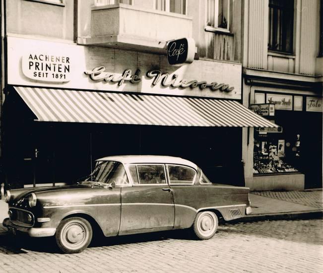 Aachen, Aachener Kräuterprinten, augustinus, auto, bouth, Café Niessen, drogerie, KFZ, limousine, Opel, Opel Rekord, Opel-Rekord-P1, PKW, Pontstraße, Printen