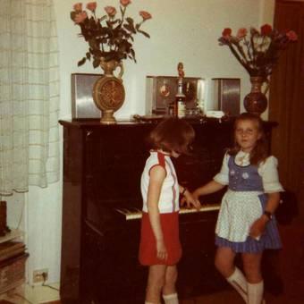 Zwei Mädchen und ein Klavier