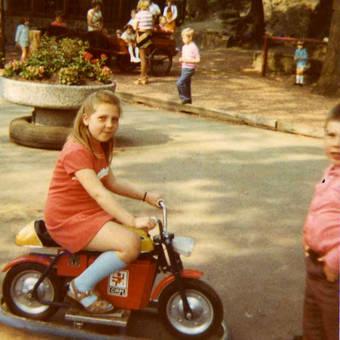 Auf dem Kindermotorrad
