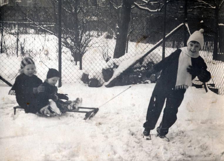 garten, kind, Kindheit, mütze, schal, schlitten, schnee, spielen, winter