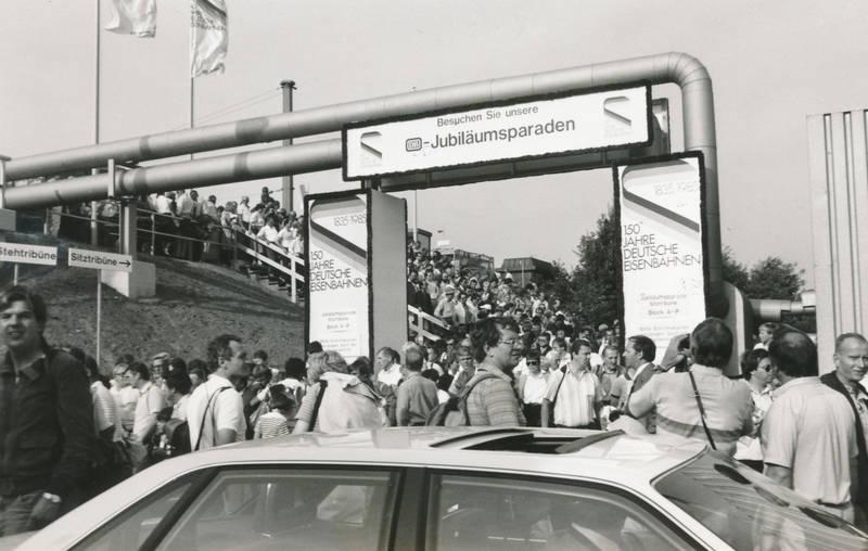 auto, bahn, Besucher, DB, deutsche bundesbahn, Eisenbahn, Jubiläum, Jubiläumsparaden, Parade, sitztribüne, stehtribüne, tribüne, zug