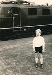 Kind am Bahnhof