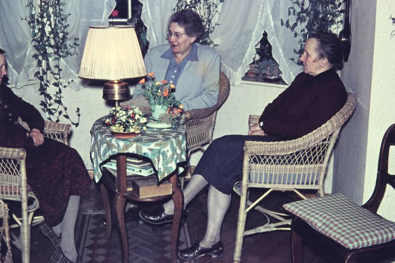 abend, einrichtung, Geschwister, Gespräch, Korbstuhl, lampe, Plausch, schwestern, Stuhl, tisch, wohnzimmer