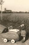 Kind mit Kinderwagen.