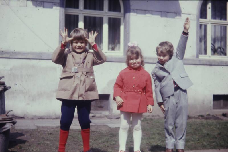 garten, Grimasse, haus, Kindheit, kniebundhose, mode