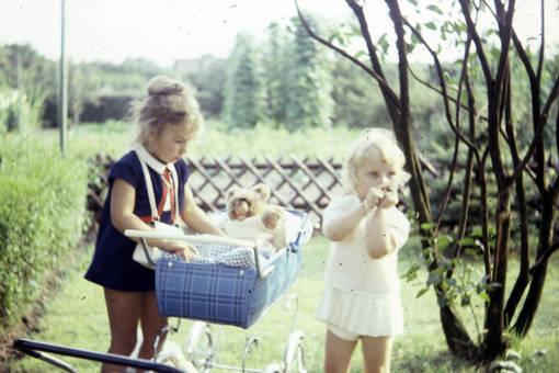 Spielen mit dem Puppenwagen