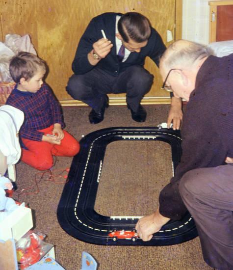 familie, kind, Kinderzimmer, Kindheit, miniaturauto, Opa, rennstrecke, spielen, Spielzeug, Spielzeugauto, vater