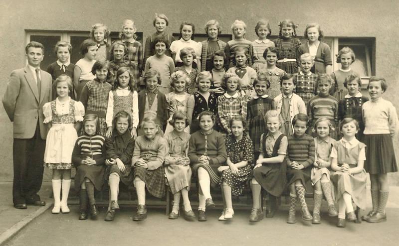 Dirndl, Kindheit, Klasse, Klassenfoto, lehrer, Mädchenklasse, Mainz-Kostheim, Schüler, Schulklasse